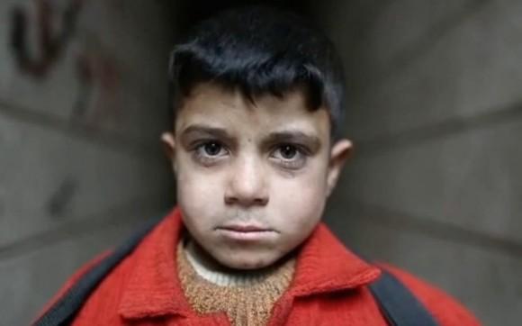 Ahmed, 8, hat einen Finger am Abzug
